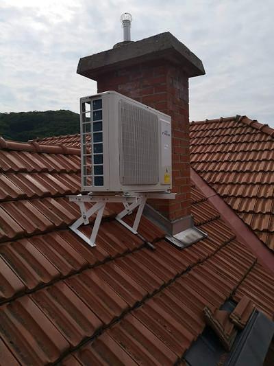 Tetőtéri lakás klímaszerelése.Fisher légkondicionáló kültéri egysége.